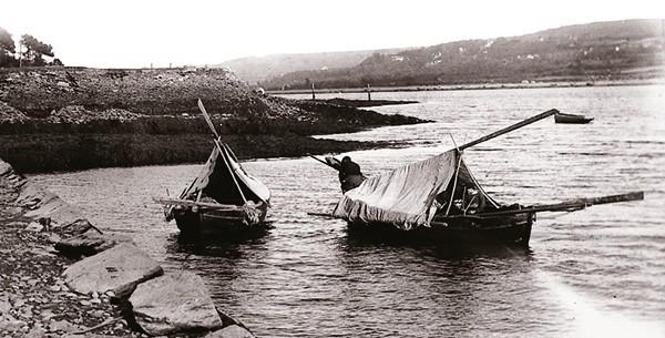 Deux bateaux cabanés