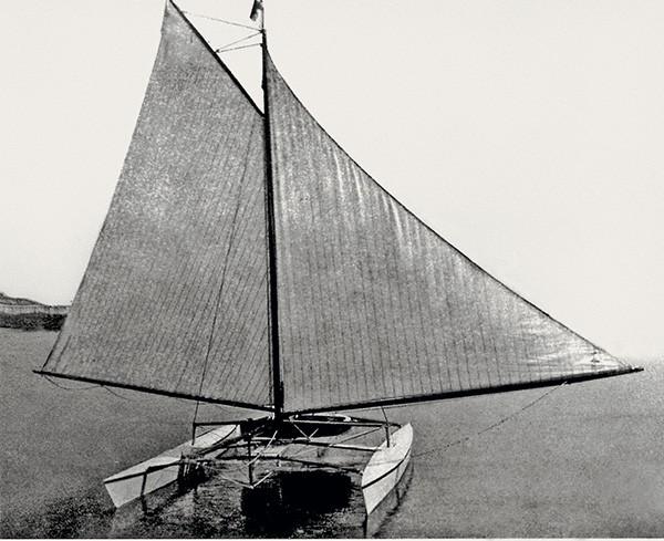 catamaran de 1876 au mouillage