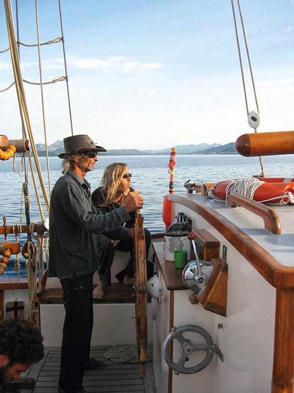 Le gréeur à la barre accompagné de son skipper