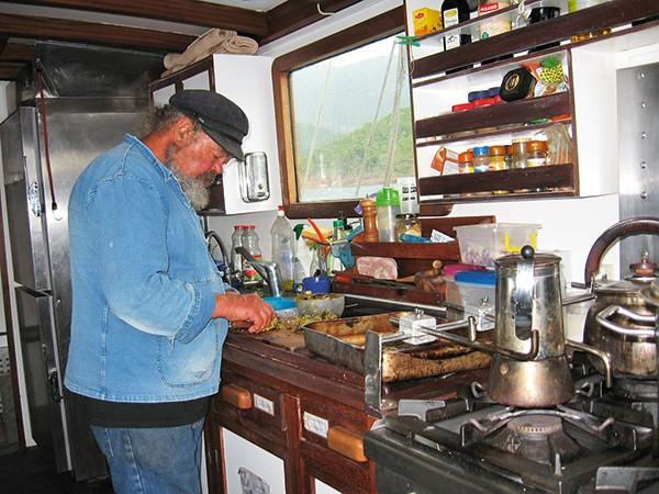 Maître Solu prépare la repas dans la cambuse