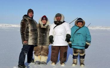 Pêcheurs Inuits sur la glace