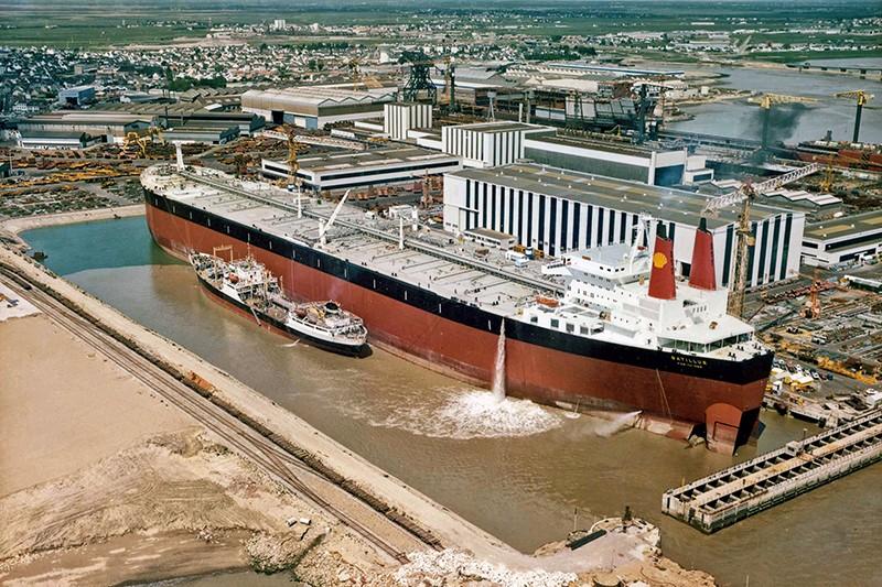 Un supertanker dans les Chantiers de Saint-Nazaire