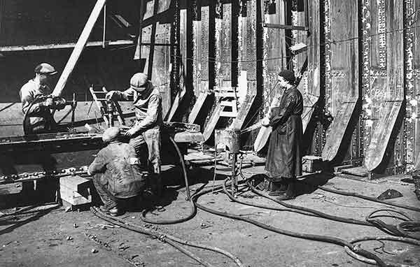 Des ouvriers riveurs au travail