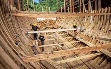 Vue du San Juan en 2016, deux ans après le début de sa construction. Remarquez, au centre du bateau, l'emplacement du pied de mât maintenu par des taquets. Toutes les allonges de membrures ne sont pas fixées aux genoux; bordés, vaigres et serres en sont d'autant plus importants dans la structure générale du navire.