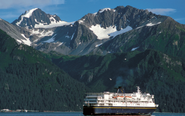 un ferry en Alaska, montagne eneigée