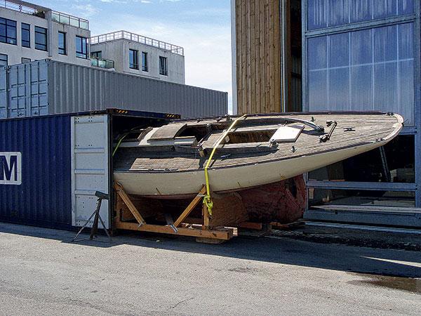 En 2010, Runa IV a voyagé par conteneur de San Francisco à Brest. On le voit ici à son arrivée sur le quai Malbert, devant le chantier du Guip.