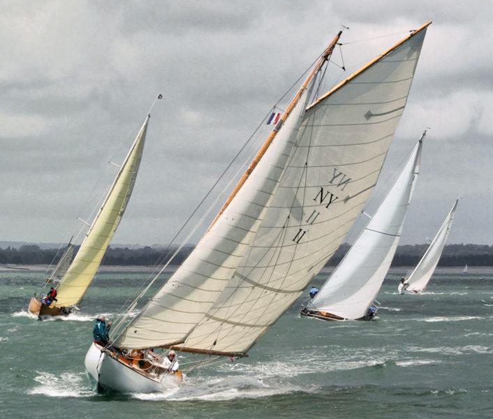 Quatre voiliers en régate