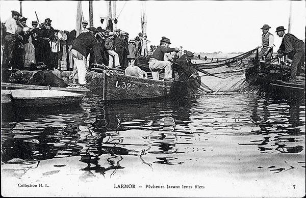 Paysans ramassent les filets sur la rade de Lorient