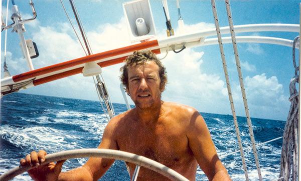 Photographie de Guy Bernardin à la barre de son bateau