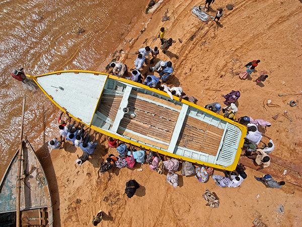 Vue haut bateau maritinien mis à l'eau