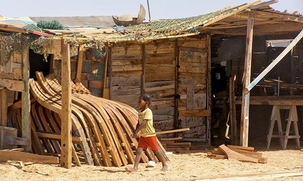 Enfant devant un chantier naval mauritanie