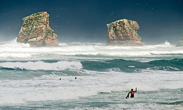 trois sauveteurs en mer en action