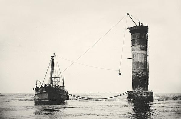 bateau à côté d'un phare