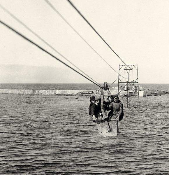 Transfert de femme haut dessus de l'eau
