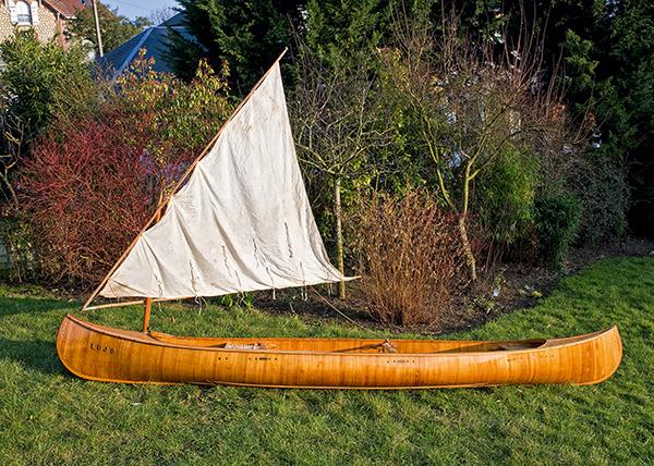 canoe à voile de profil