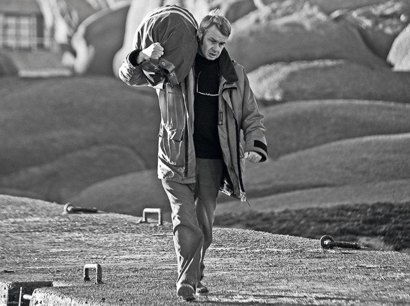 Homme marchant sur le quai