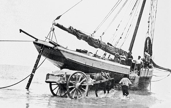 chargement d'un bateau debut 20ème siècle