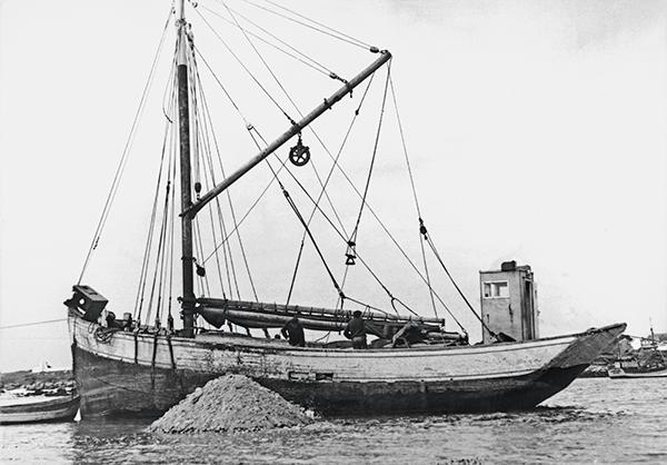 un bateau au port