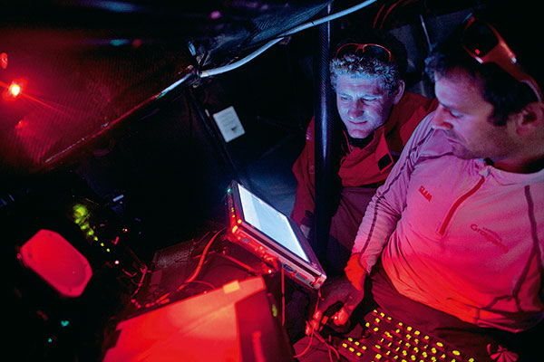deux personnes travaillant à la navigation