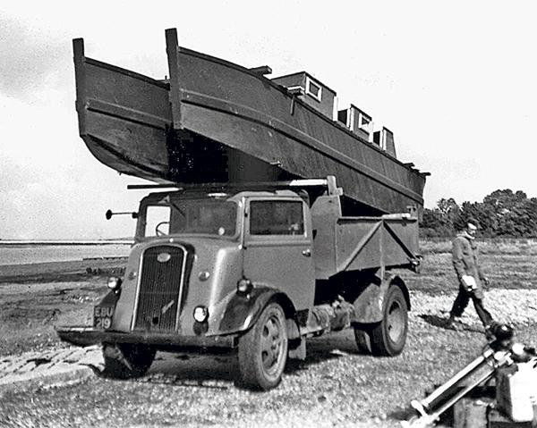 coque de bateau sur un camion