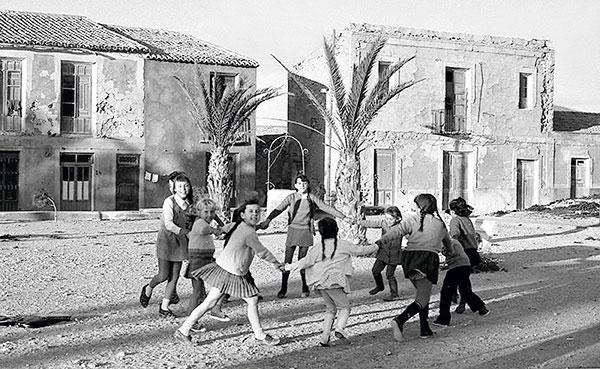 enfants jouant à la ronde