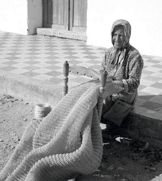 une femme fabrique un filet