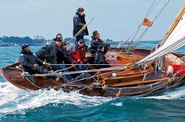 Vue d'une navigation à bord d'un bateau en bois