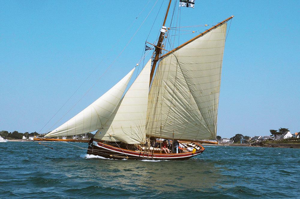 bateau en bois sous voile