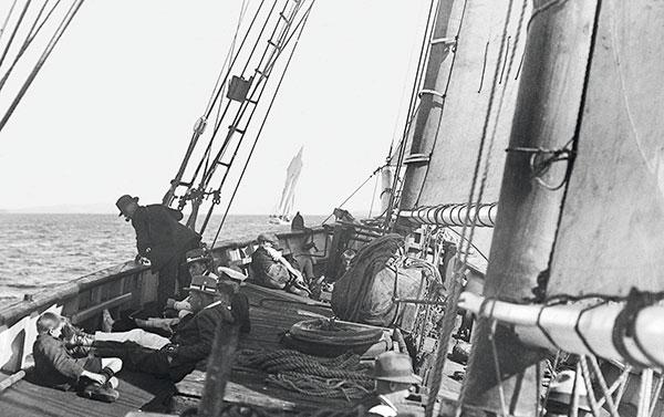 vue à bord d'un voilier en navigation