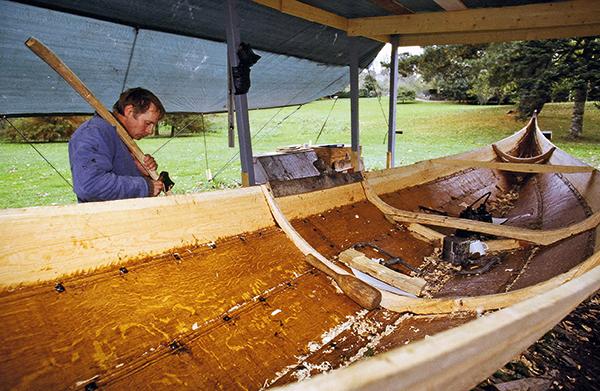 Construction bateau viking à la hache