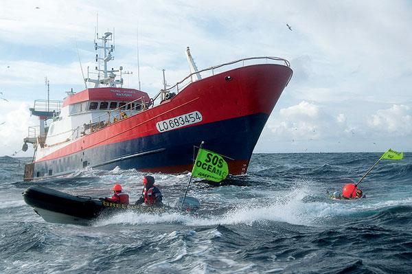 action greenpeace sur bateau de peche