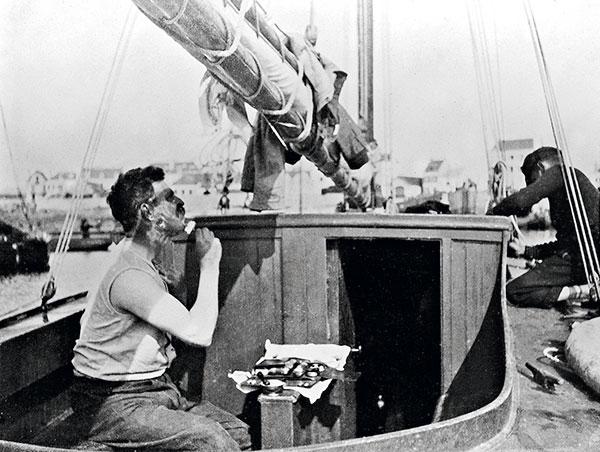 Homme se rasant à bord d'un bateau