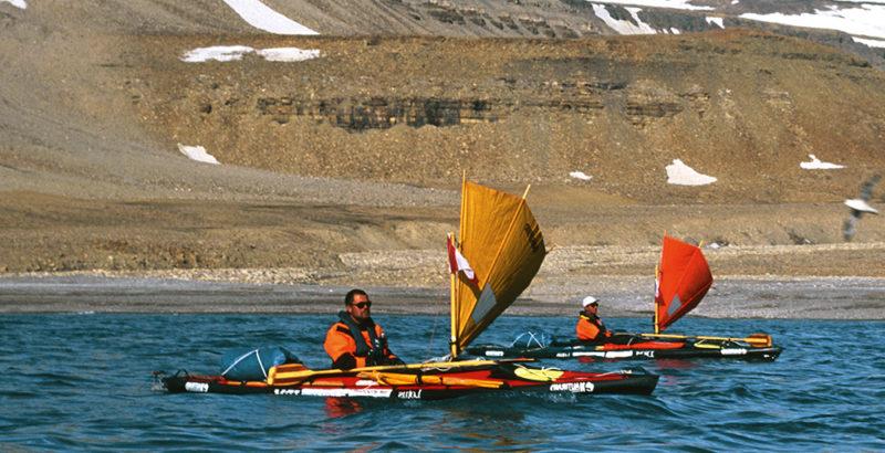 deux kayaks avec voiles