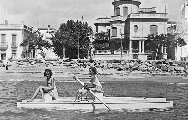2 filles navigant sur multicoque