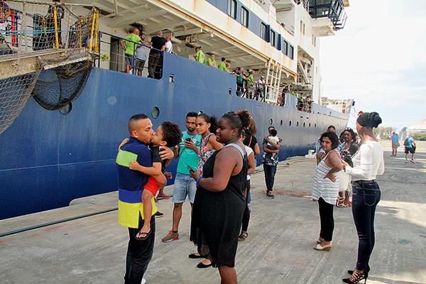 Embrassades quai Port Réunion