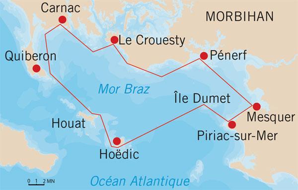 Arrivée au port de la Croix à Hoëdic. Au premier plan, on reconnaît le Seil Seiltic, devant Creizic. La voile brune appartient à Let's Goat!, tandis qu'on retrouve à gauche les deux Monotype des Pertuis.