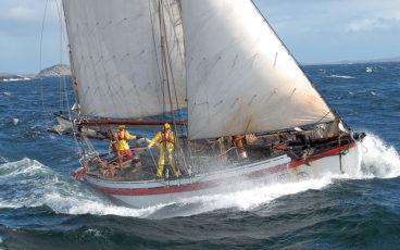 bateau voile dans la tempete