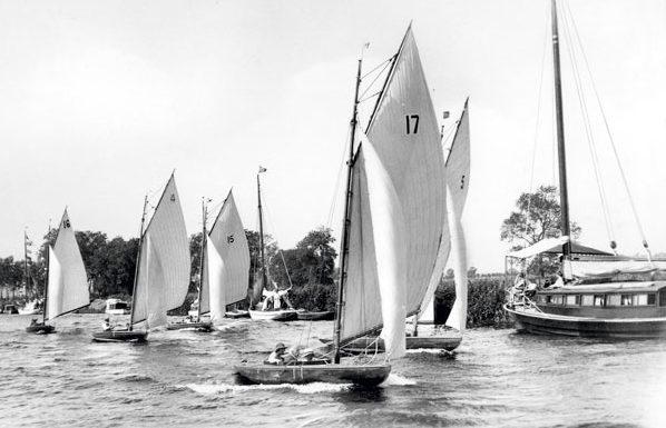 la flottille déboule sur une des rivières des Broads