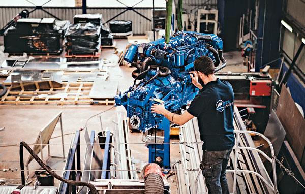 Grain de Sail, l'installation du moteur principal.