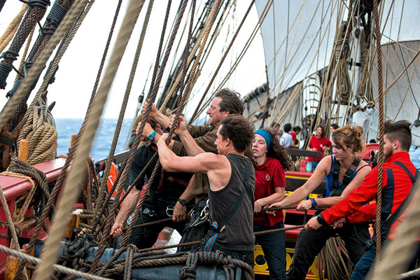 le forgeron (au premier plan) participe à la première traversée de l'Atlantique à bord de L'Hermione en tant que gabier.
