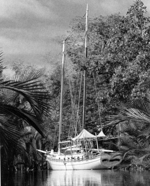 L'Artemis de Pytheas au mouillage dans une rivière aux Philippines.