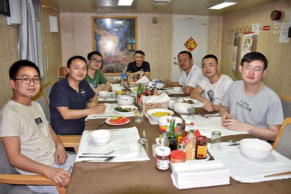 une partie des officiers chinois du cma cgm Ural dans leur réfectoire.