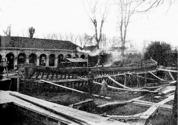 entre1902 et1909, le chantier, dirigé par Urbain Cazanou, lance quatre sapines, dont celle-ci est sans doute la plus grande, le Toulousain, de 29 mètres de long. Photographie du négociant russe Igor Tymaïev, qui emprunta le canal de Bordeaux à Sète du 12septembre au 24octobre 1906.