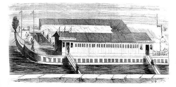 à la fin du xixesiècle, les chantiers diversifient leur activité, notamment avec des bateaux-lavoirs ou des piscines flottantes. Ce dessin figure la plus grande des écoles de natation Raynaud (60 mètres!), construite au chantier des Barques à partir de plusieurs coques assemblées.