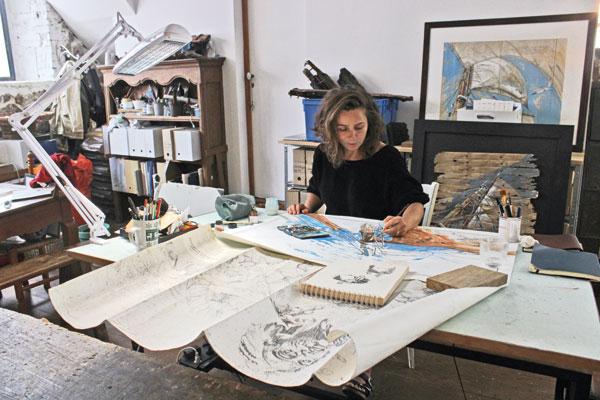 Quand elle dessine dans son atelier, aménagé dans une ancienne boucherie du quartier Saint-Servan de Saint-Malo, Sophie Ladame s'efforce de retrouver l'«urgence» qu'elle ressent à bord. Ici, elle achève une peinture du grand mât de Babar (ci-dessus) à partir de croquis faits lors du convoyage depuis Noirmoutier.