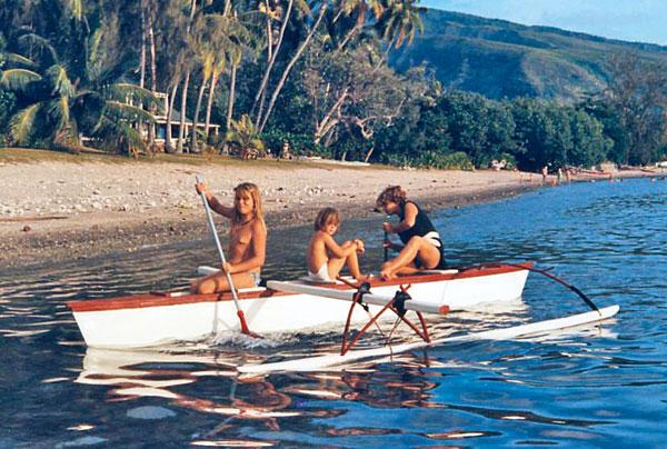 Sophie passe son enfance en Nouvelle-Calédonie puis à Tahiti, où elle prend goût à la navigation dans les pirogues à balancier et à bord du voilier de ses parents.