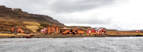 à Port-Jeanne-d'Arc, les cuves rouillées de l'ancienne station baleinière.