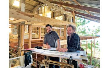 Benoît Bouf et Cyrille Humbert, charpentiers de marine et amis de longue date, reprennent l'ancien chantier Quillivic à Plouhinec, dans le Finistère.