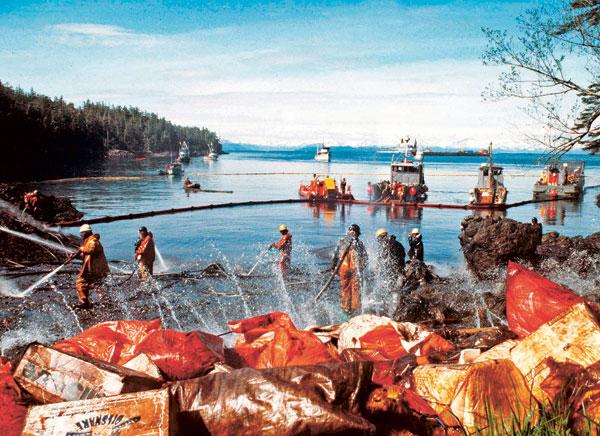 En 1989, nettoyage des côtes de l'Alaska après le naufrage de l'Exxon Valdez.