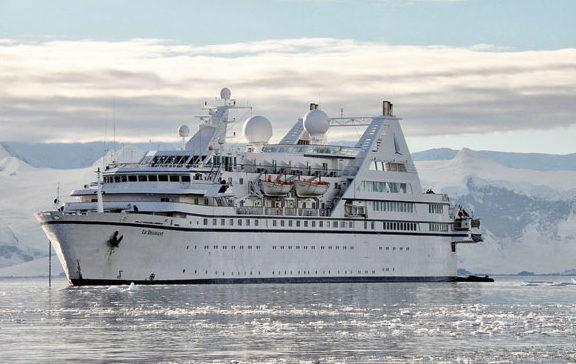 C'est notamment sur les navires de croisière de la Compagnie du Ponant que Yann Le Bellec et Sophie Galvagnon, fondateurs de Latitude blanche ont découvert la navigation polaire.